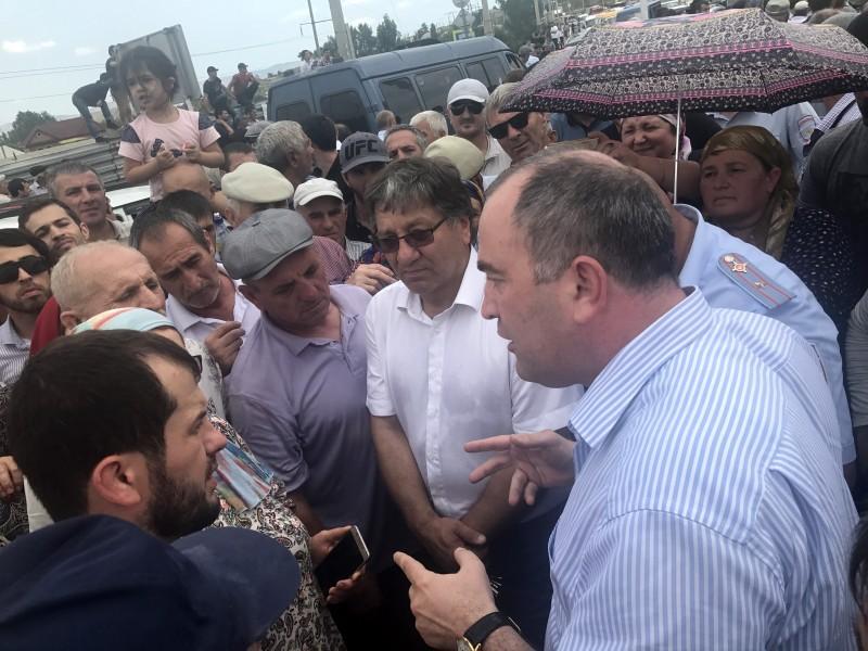 Глава Буйнакского района встретился с митингующими